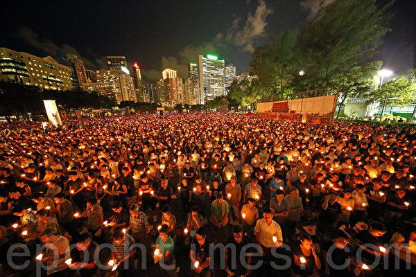 2015年6月4日晚,13.5萬香港市民聚集到港島的維多利亞公園,參加支聯會舉辦的六四26周年燭光悼念晚會。(潘在殊/大紀元)