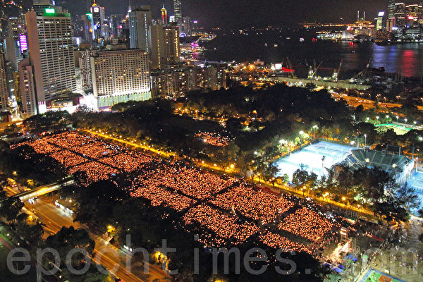 2016年6月4日晚,12.5萬香港市民到維多利亞公園悼念六四事件27周年。(蔡雯文/大紀元)