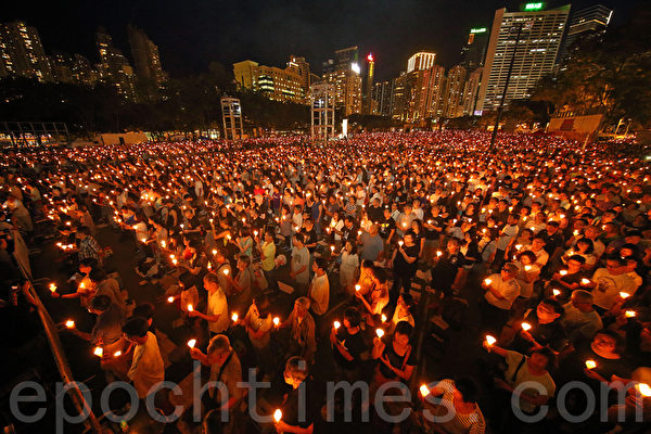 2016年6月4日晚,12.5萬香港市民到維多利亞公園悼念六四事件27周年。(孫青天/大紀元)