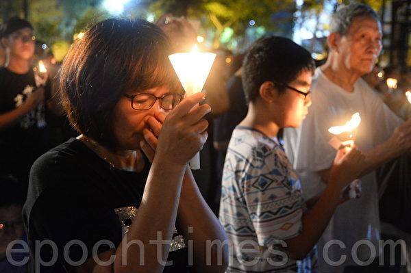 2017年6月4日,香港支聯會在維多利亞公園舉行「六四事件」28周年燭光晚會。大會公佈出席人數估計達到11萬。(宋碧龍/大紀元)