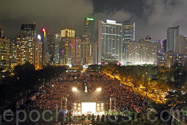 2017年6月4日,香港支聯會在維多利亞公園舉行「六四事件」28周年燭光晚會。大會公佈出席人數估計達到11萬。(李逸/大紀元)