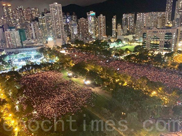 2019年6月4日,香港支聯會在維多利亞公園舉行燭光悼念集會,參與人士站滿維園六個足球場及草地,大會公佈參與集會人數超過18萬人。(李逸/大紀元)