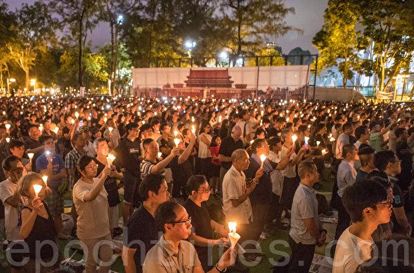 2019年6月4日,香港支聯會在維多利亞公園舉行燭光悼念集會,參與人士站滿維園六個足球場及草地,大會公佈參與集會人數超過18萬人。(余鋼/大紀元)