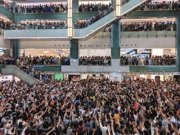 2019年9月11日,大批市民聚集在沙田新城市廣場各層合唱《願榮光歸香港》。(余天祐/大紀元)