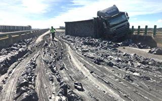 砂石车翻覆土石满车道  台61线观音段交通中断