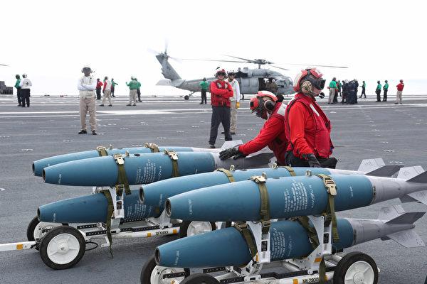 甲板上的彈藥。(U.S. Navy photo by Chief Mass Communication Specialist RJ Stratchko/Released)