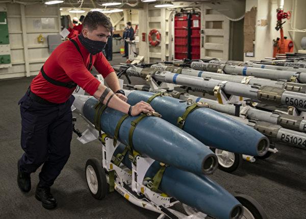 艦上人員在運送彈藥。 (U.S. Navy photo by Mass Communication Specialist 2nd Class Ryan Seelbach/Released)