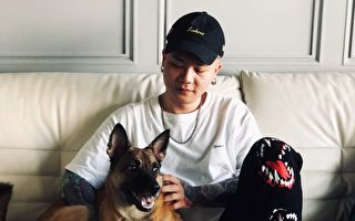 萧秉治在家拼创作 与爱犬拍影片记录生活