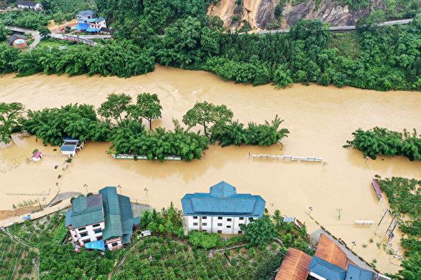 2020年6月10日,中國南部廣西榮安縣,大雨導致洪水氾濫,建築物被淹。(STR/AFP via Getty Images)