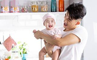 JR携10个月大女儿拍广告 一听音乐就手舞足蹈