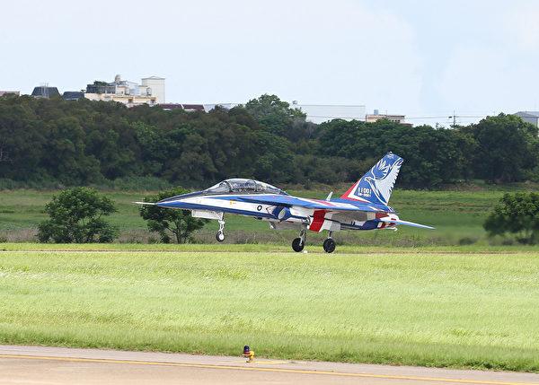 台灣首架勇鷹新式高教機6月22日上午9時20分在台中清泉崗機場正式首飛,於上午9時32分成功降落,一共升空飛行12分鐘。(中央社)