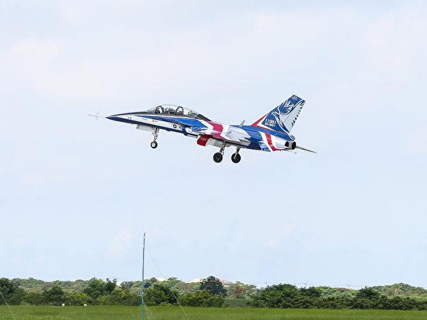 台灣首架勇鷹新式高教機6月22日上午9時20分在台中清泉崗機場正式首飛,以紅白藍的飛機塗裝亮相。(中央社)