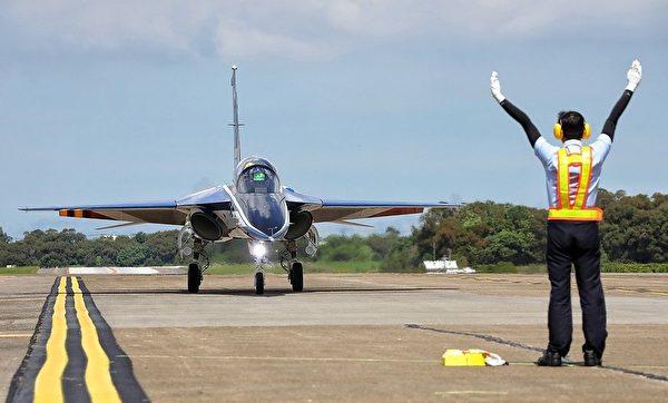 台灣首架勇鷹新式高教機6月22日上午9時20分在台中清泉崗機場正式首飛,以紅白藍的飛機塗裝亮相。(總統府)
