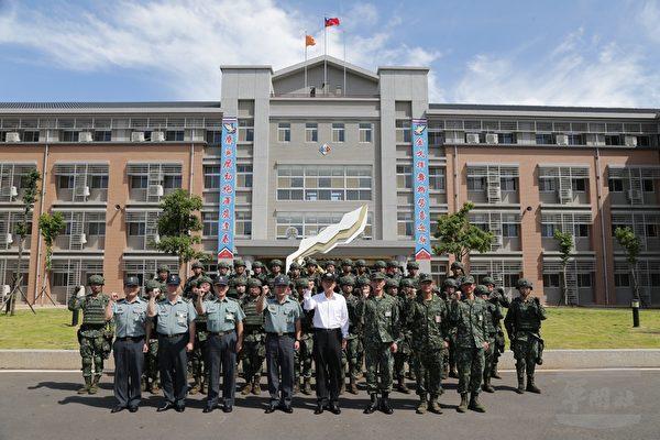 中華民國國防部長嚴德發6月25日視導陸軍21砲指部,並與官兵合影留念。(軍聞社提供)