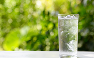 喝冰水會傷害脾胃,冰水即使去冰後,寒氣仍在。(Shutterstock)