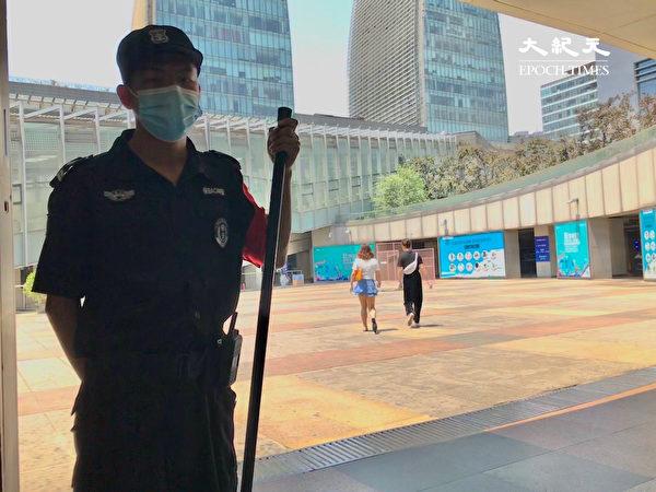 2020年6月18日,北京北站換乘大廳中的持械警察。(大紀元)