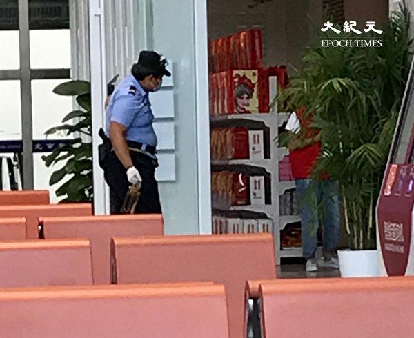 2020年6月18日,大廳內的警察比乘客多。(大紀元)