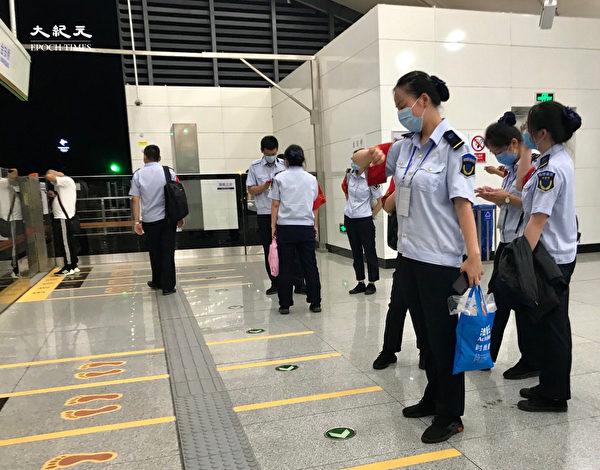 2020年6月25日,永定鎮,地鐵站裏,更多的是安檢人員。(大紀元)
