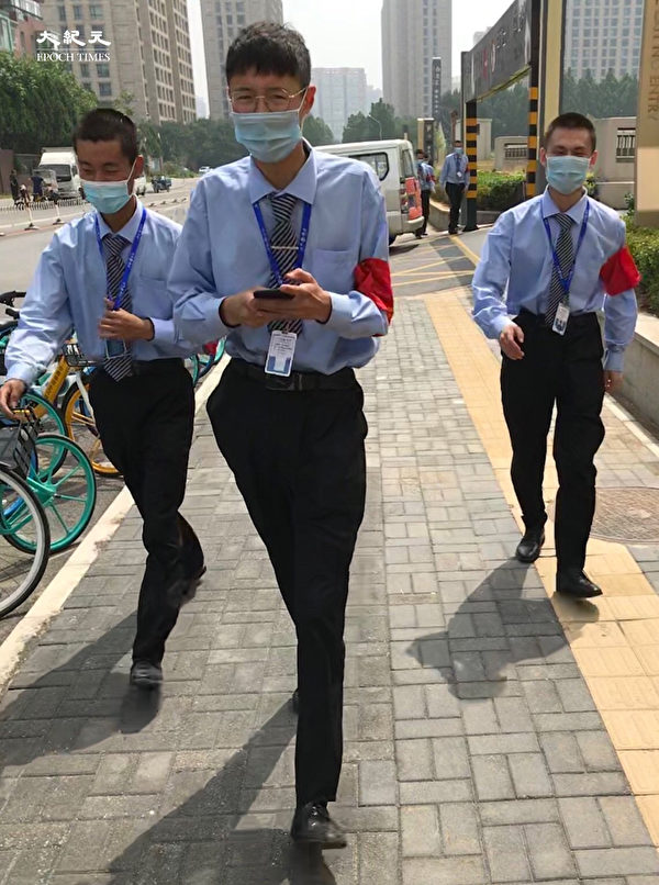 2020年6月25日,北京高風險區朝陽區安保人員。(大紀元)