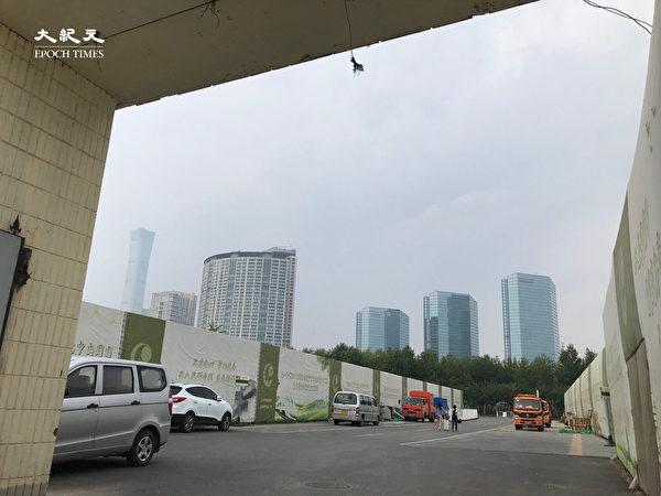2020年6月25日,東站一出大門就能看到北京CBD。(大紀元)