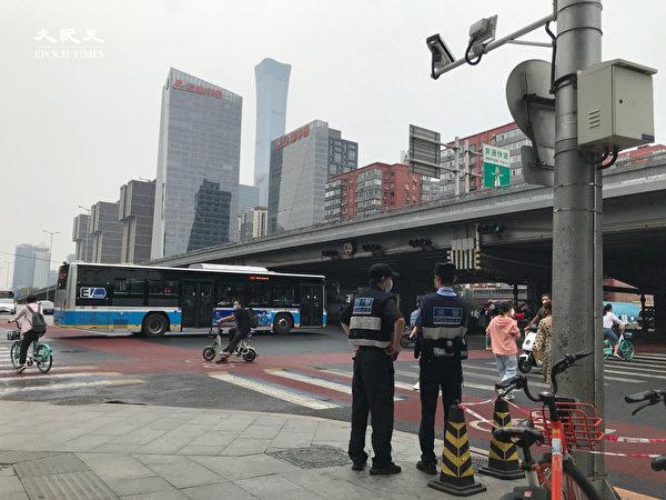 2020年6月25日,八王墳長途客運總站,路口的警察。(大紀元)