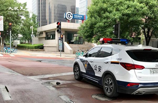 2020年6月25日,國貿地鐵站外的警車。(大紀元)