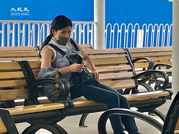2020年6月25日,北京東站,一女子去通遼,火車晚上10點10分才到,她上午就來了。「房子退了,我去別的地方也沒地方住,街上到處是警察也不敢隨便走,就在這等到晚上吧。」(大紀元)