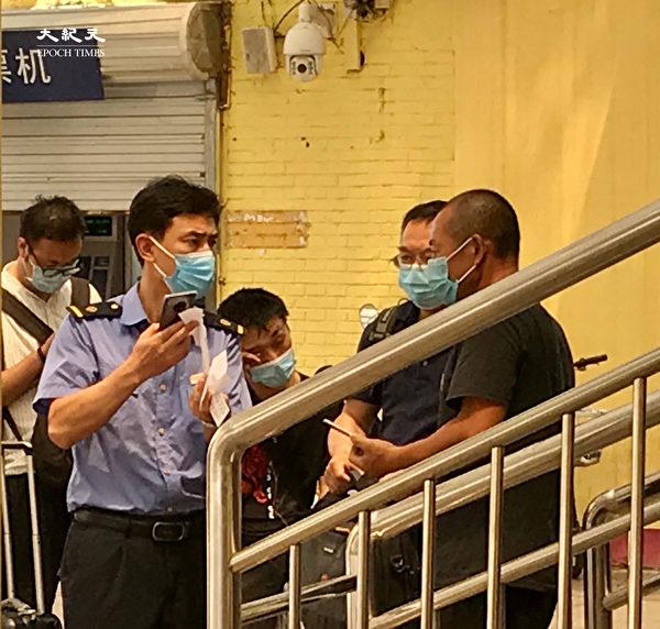 2020年6月25日,北京東站,一民工剛剛做了核酸但沒有出結果而不能進站。(大紀元)