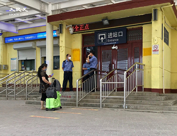 2020年6月25日,北京東站,一女子檢測後四天還沒有拿到報告,來到車站無法進入。(大紀元)