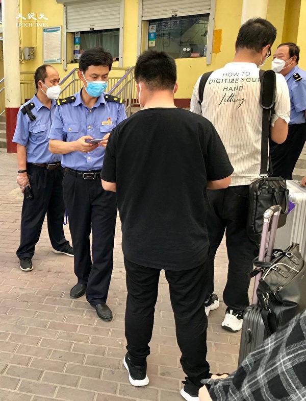 2020年6月25日,北京東站,警察查驗核酸證明。(大紀元)