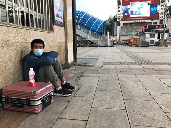2020年6月25日,北京街頭,端午節,這個孩子因為沒有核酸測試無法回老家。(大紀元)