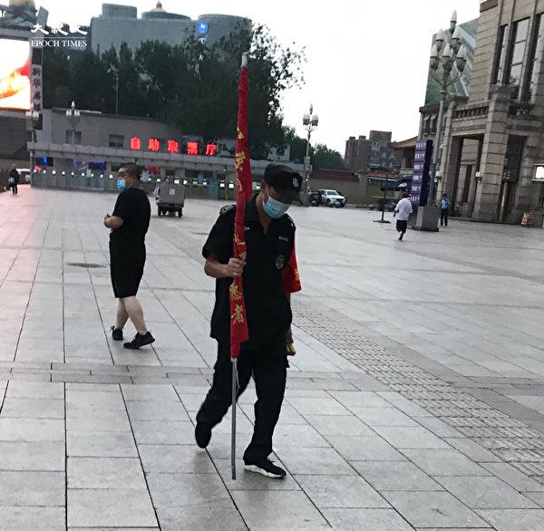 2020年6月25日,北京站的志願者疲憊不堪。(大紀元)