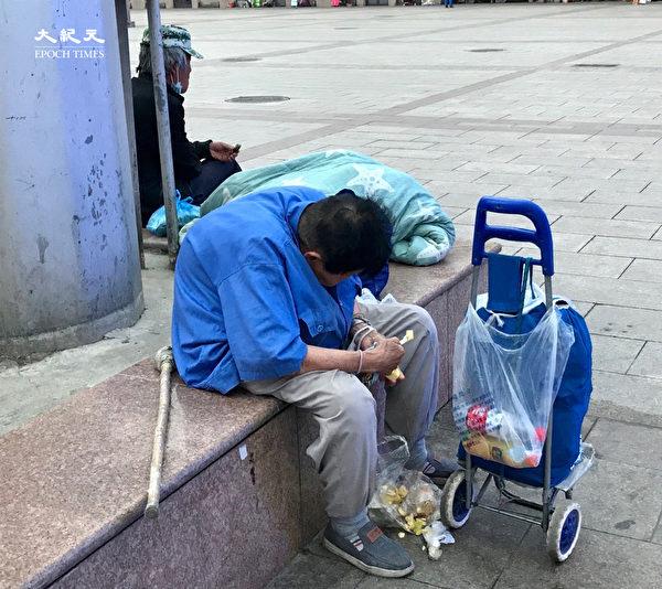 2020年6月25日,北京站的一個老人(大紀元)
