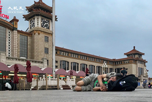 2020年6月25日,有人睡在在車站廣場。(大紀元)