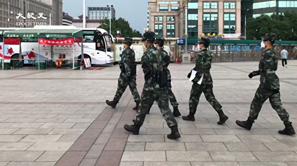 2020年6月25日,北京站忙碌的武警。(大紀元)