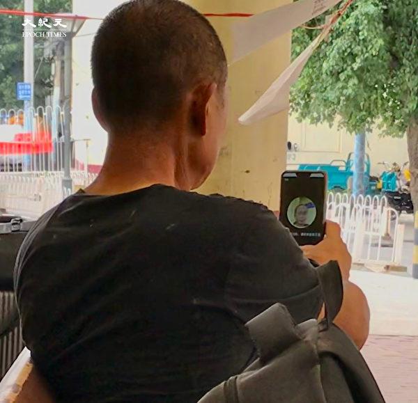 2020年6月25日,北京站,一民工學習設置人臉識別。(大紀元)