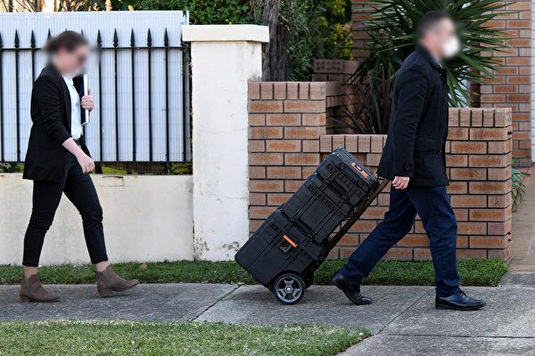 2020年6月26日 ,澳洲聯邦便衣警察搜查了新州上議院工黨議員莫索爾曼(Shaoquett Moselmane)位於悉尼Rockdale的住所。(Bianca De Marchi/AAP)