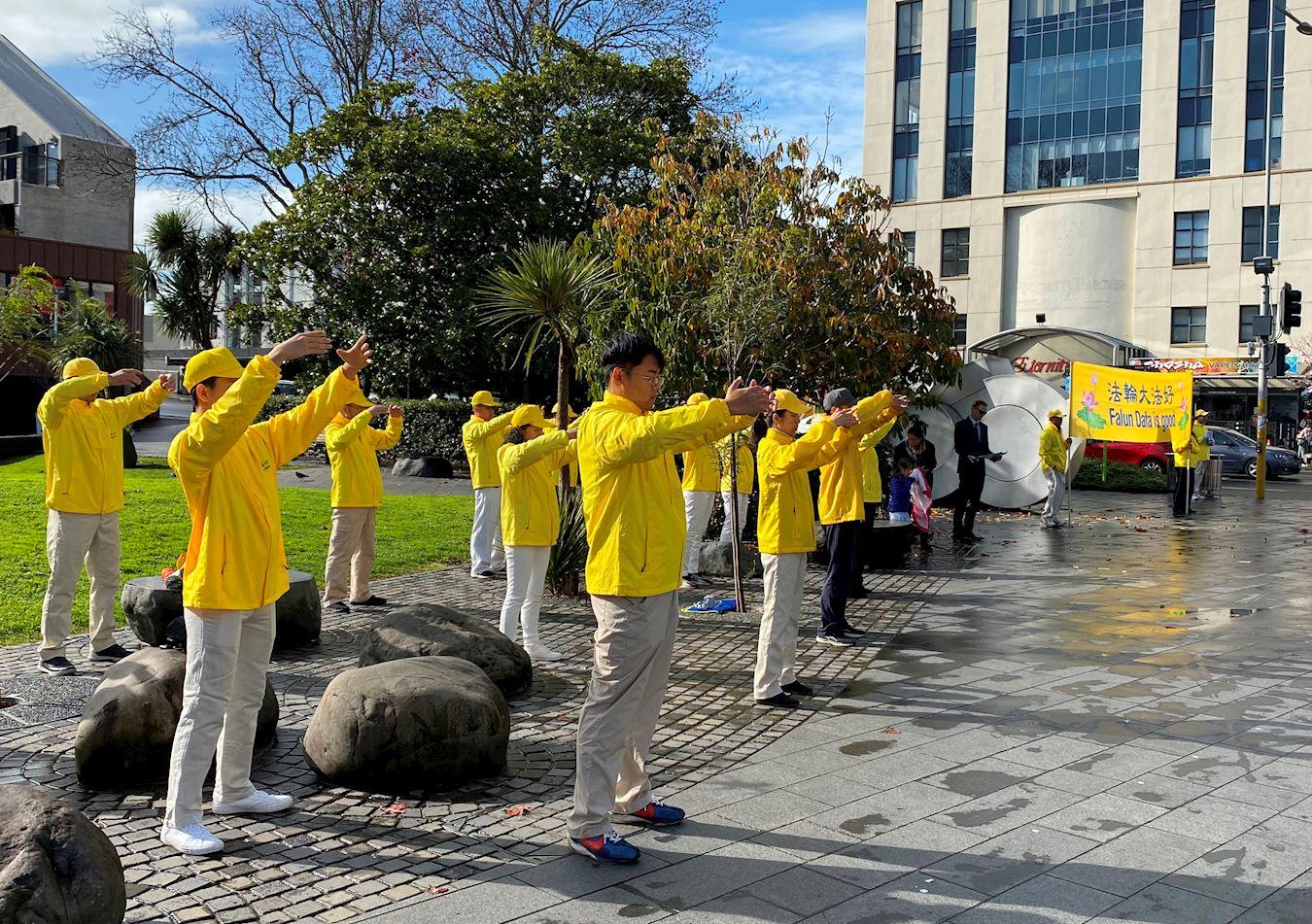2020年6月27日,法輪功學員在紐西蘭奧克蘭新市場商業中心煉功、講真相。(明慧網)