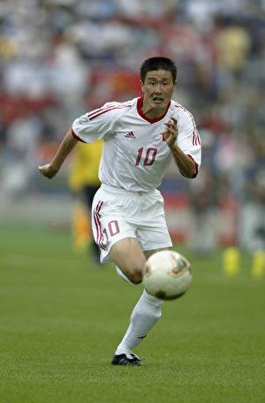 郝海東曾是大陸足壇當時當之無愧的最好前鋒。圖為郝海東在比賽中的資料照。(Gary M. Prior/Getty Images)