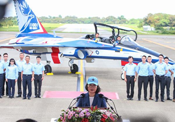 台灣首架自行研製的「勇鷹」高教機6月22日在台中清泉崗機場正式首飛;總統蔡英文(前中)前往視導,並在勇鷹前致詞、慰勉。(中央社)