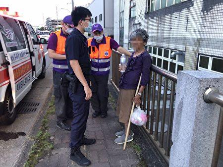 中坜区中园路交流道附近有名年迈老妇瘫软在地,员警赶紧提供老妇矿泉水以恢复水分。