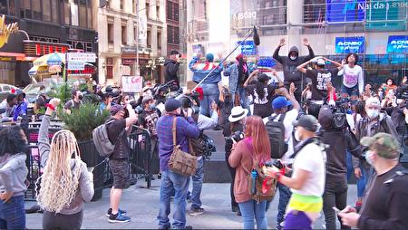弗洛伊德之死抗议者6月1日继续在纽约时代广场抗议。