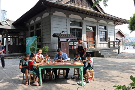 桃園市長鄭文燦與小朋友共享木藝樂趣,期能透過系列活動讓更多人瞭解大溪木藝文化。