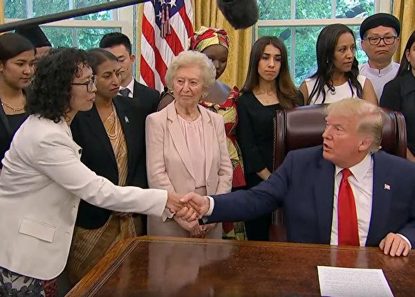 2019年7月17日下午,美國總統特朗普在白宮與來自中國、土耳其、北韓、伊朗和緬甸在內的17個國家的宗教迫害倖存者會面,其中包括法輪功學員、南京師範大學外語學院俄語系前系主任張玉華(左一)。(白宮影片截圖)