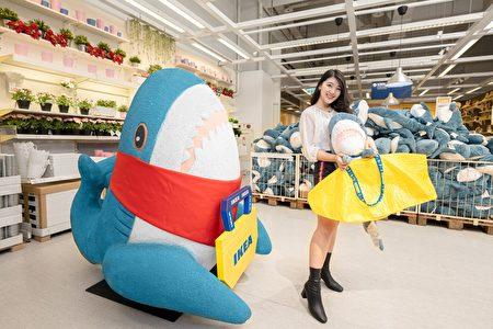 IKEA桃園店特別設立了超人氣鯊魚公車站,歡迎大家來拍照打卡,分享與桃園店的美好回憶,還有機會將BLÅHAJ鯊魚免費帶回家!