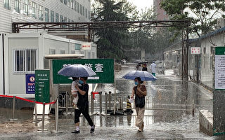 组图:北京小区全封 民众做核酸检测