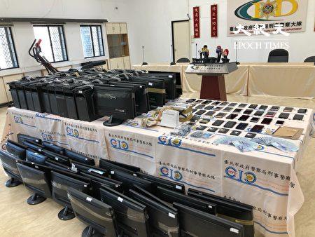 警方查扣詐欺課程申請書及合約等資料、電腦 52 台、 監視器、手機 58 支、路由器 2 台、人頭電話卡、硬碟、教戰 守則、信用卡、薪資袋、現金18萬 4,300元等贓證物。