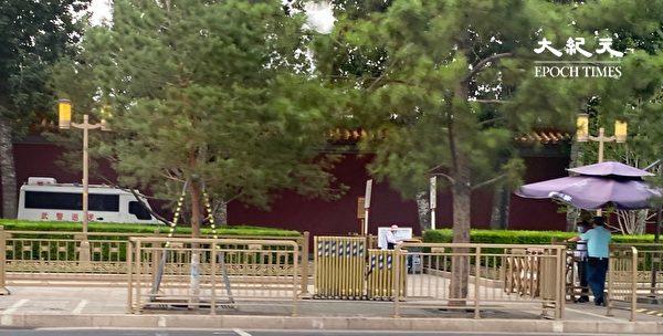 2020年6月22日,北京樹蔭深處的警車。(大紀元)