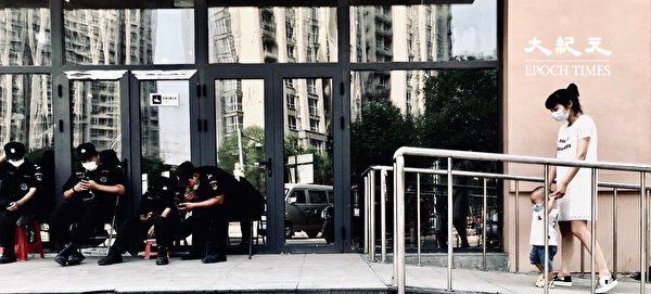 2020年6月27日,北京一位婦女帶孩子做檢測。(大紀元)
