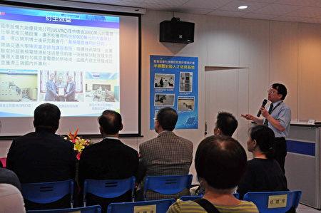 明新科大工學院院長呂明峯做簡報,介紹明新科大在培育產業精英人才的計劃。